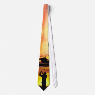 golf del helicóptero de la puesta del sol de la corbata