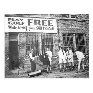 Golf del juego libre mientras que haciendo su jue tarjeta postal