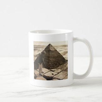 Golf en la sepia de la pirámide entonada taza clásica