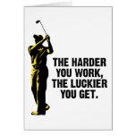 Golf - más difícilmente usted trabaja más afortuna tarjeta de felicitación