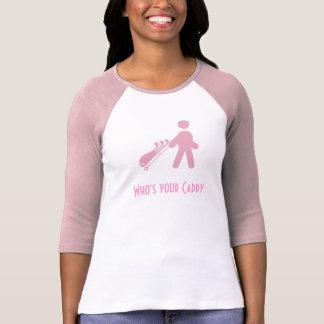 Golfista de la señora rosada que tira de la camisa