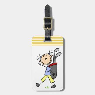 Golfista del chica con el bolso y clubs etiquetas para equipaje
