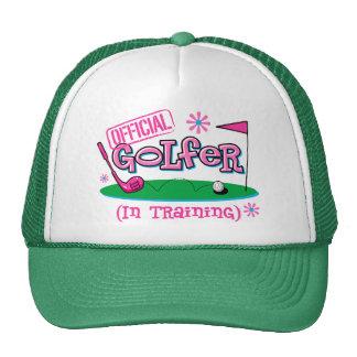 Golfista del chica en gorra del entrenamiento