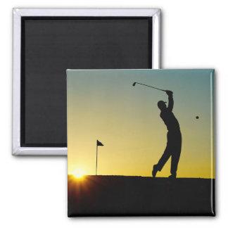 Golfista en la puesta del sol imán cuadrado