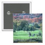 Golfistas con el follaje de otoño en el fondo, Que Pins