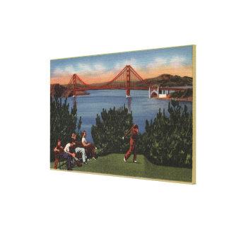 Golfistas con puente Golden Gate en fondo Impresiones En Lona Estiradas