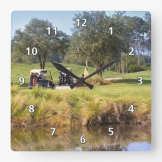 Golfistas y reloj del campo de golf