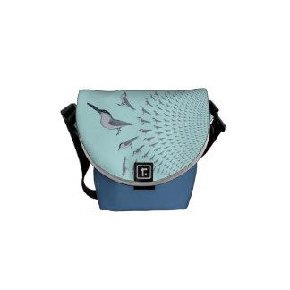 Golondrinas de mar en vuelo en una mini bolsa de m bolsas de mensajeria