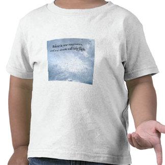 Golondrinas de mar reales de la graduación en vuel camiseta