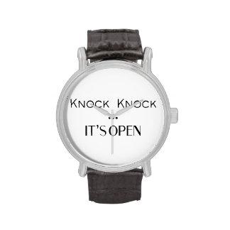 Golpe del golpe está abierto relojes