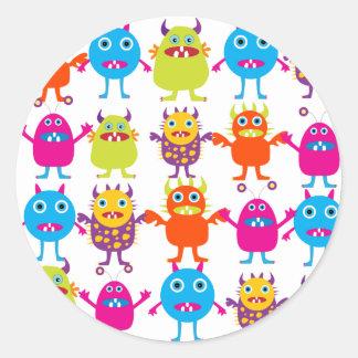 Golpe divertido colorido de las criaturas del pegatina redonda