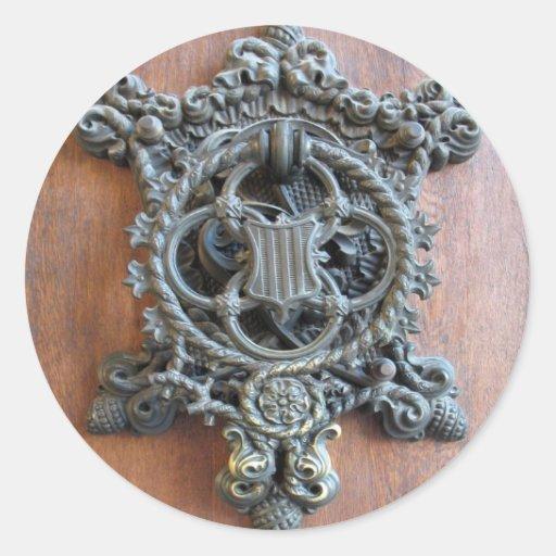 Golpeador de puerta histórico en la puerta a etiqueta redonda