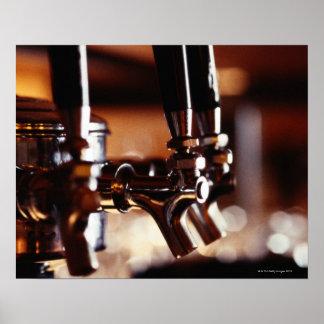 Golpecitos de la cerveza póster