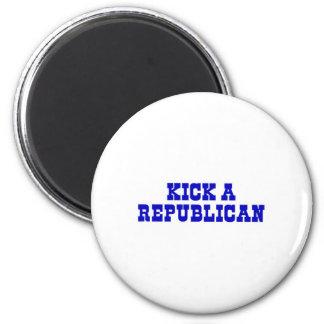 Golpee a un republicano con el pie iman