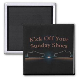 Golpee apagado sus zapatos de domingo con el pie imán cuadrado