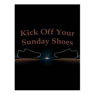 Golpee apagado sus zapatos de domingo con el pie postal