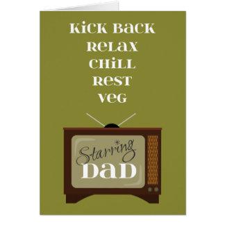 Golpee con el pie detrás se relajan para el papá tarjeta de felicitación