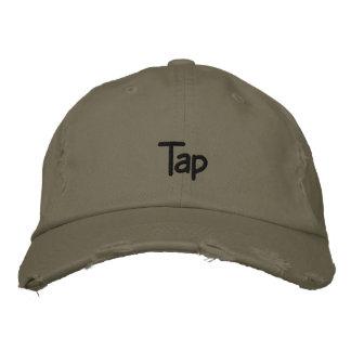 Golpee ligeramente la gorra de béisbol oscura del