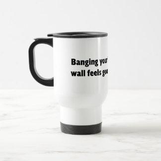 Golpeo de su cabeza contra la pared taza térmica
