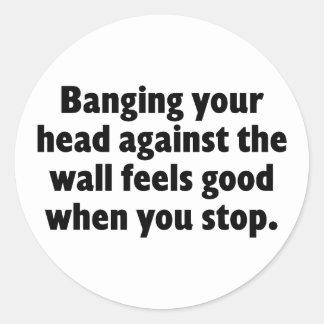 Golpeo de su cabeza contra una pared de ladrillo pegatinas redondas