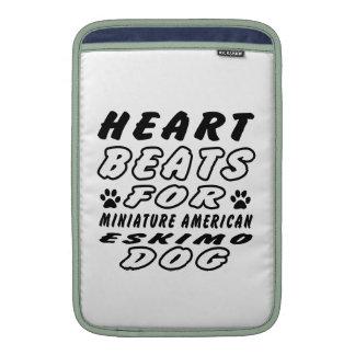 Golpes de corazón para el perro esquimal americano funda para macbook air