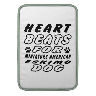 Golpes de corazón para el perro esquimal americano fundas MacBook