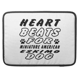 Golpes de corazón para el perro esquimal americano fundas para macbooks
