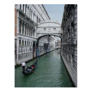 Gondalier en el puente de suspiros postales