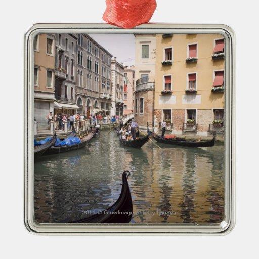 Góndolas en un canal, Venecia, Italia Adorno De Reyes