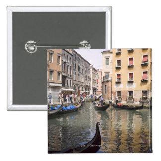 Góndolas en un canal, Venecia, Italia Pin Cuadrada 5 Cm