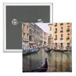 Góndolas en un canal, Venecia, Italia Pin Cuadrado