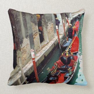 Góndolas en un canal veneciano cojin