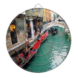 Góndolas en un canal veneciano