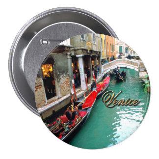 Góndolas en un canal veneciano pin redondo de 3 pulgadas