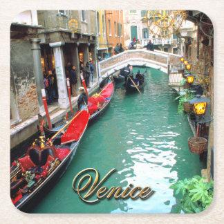 Góndolas en un canal veneciano posavasos de cartón cuadrado