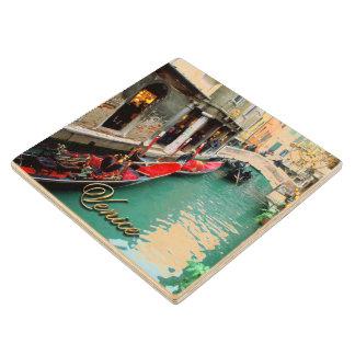 Góndolas en un canal veneciano posavasos de madera