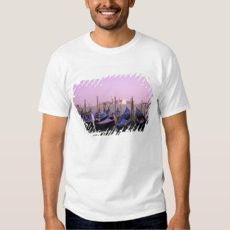 Góndolas listas para los turistas en Venecia Camisas