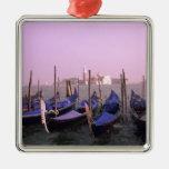 Góndolas listas para los turistas en Venecia Adorno Cuadrado Plateado