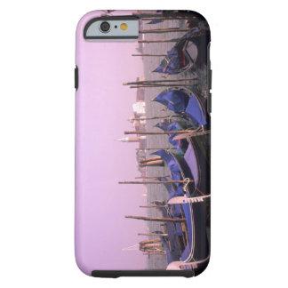 Góndolas listas para los turistas en Venecia Funda Resistente iPhone 6