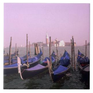 Góndolas listas para los turistas en Venecia Itali Azulejo Cuadrado Grande