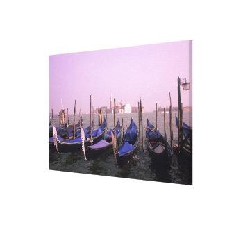 Góndolas listas para los turistas en Venecia Lona Envuelta Para Galerías