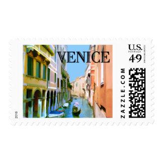Gondolero en canal en Venecia Sellos