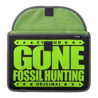 GONE FOSSIL HUNTING - I Am Expert Dinosaur Hunter Sleeve For MacBook Pro