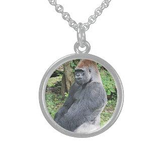 Gorila de la tierra baja en actitud que se sienta collar de plata esterlina
