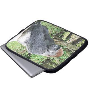 Gorila de la tierra baja en actitud que se sienta funda portátil