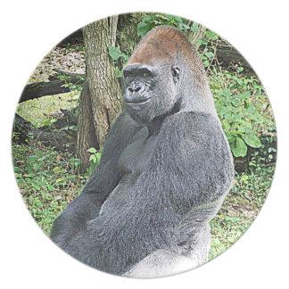 Gorila de la tierra baja en actitud que se sienta plato