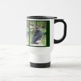 Gorila de la tierra baja en actitud que se sienta taza de viaje