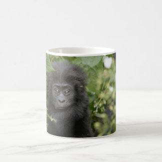 gorila de montaña del bebé taza