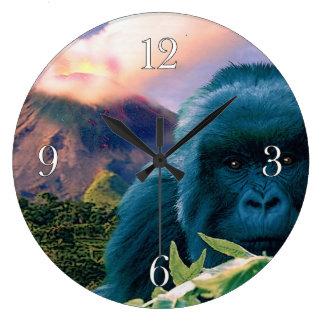 Gorila de montaña en peligro y volcán africano reloj redondo grande
