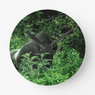Gorila en animal verde de la fauna del tinte de la reloj redondo mediano